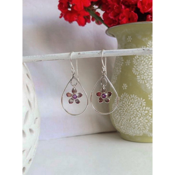 Beautiful pear loop drops with swinging flower centre