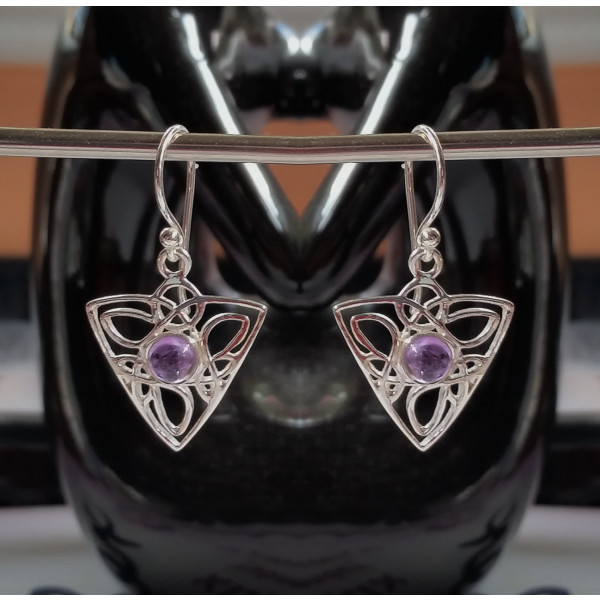 Celtic triangle knot design with central 6mm gemstone